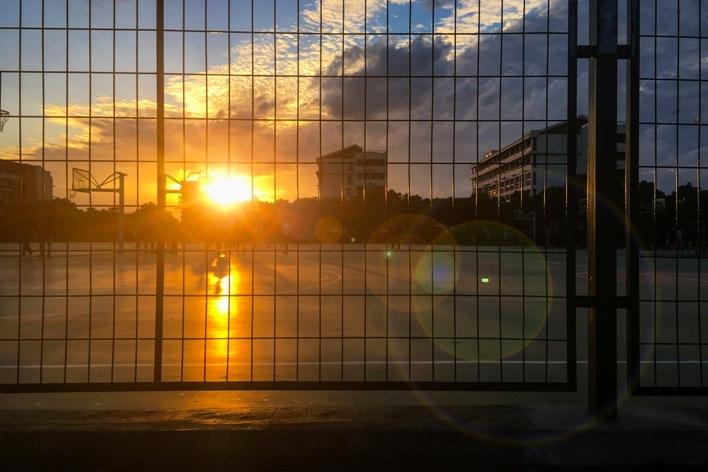阳光照耀着校园