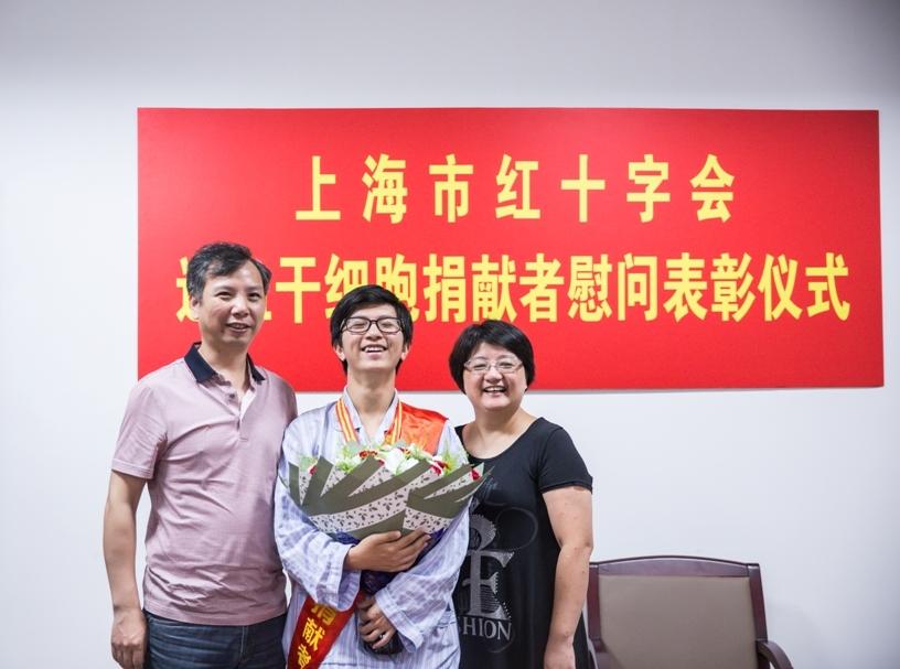 孙嘉元同学和父母在一起