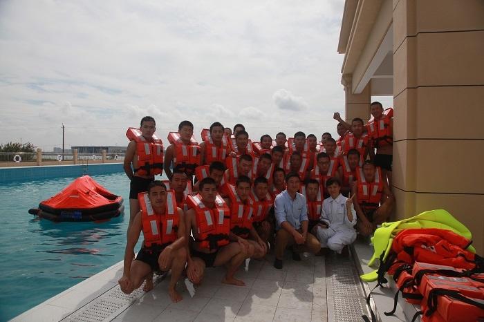 我校师生在新启用的水上训练中心训练