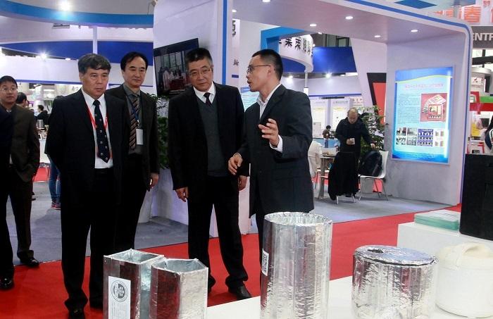 教育部科技发展中心主任李志民等领导参观我校展出的科技成果