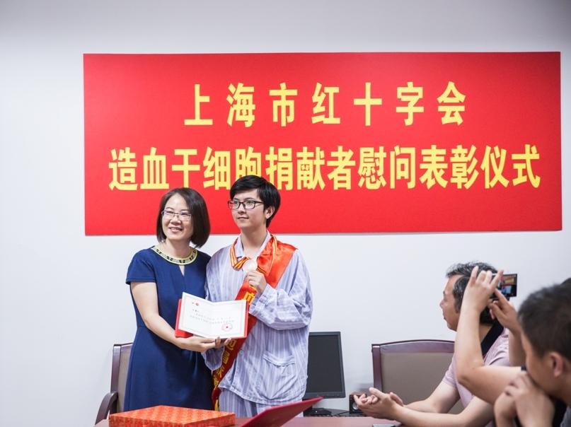 上海市红十字会向孙嘉元同学发放荣誉证书