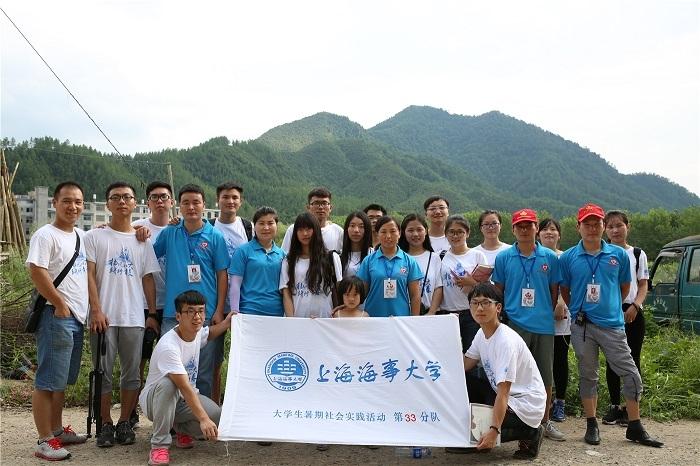 实践团队员与志愿者合影