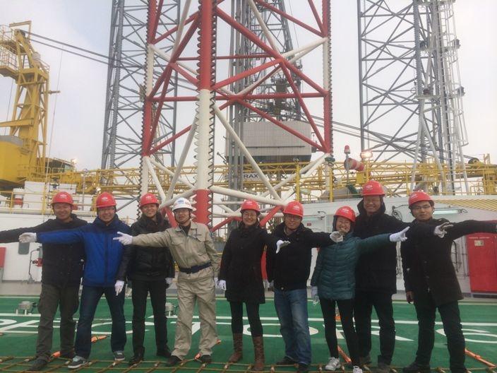 团队成员登上钻井平台现场调研