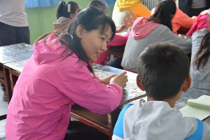 信息工程学院黄洪琼副教授与孩子们