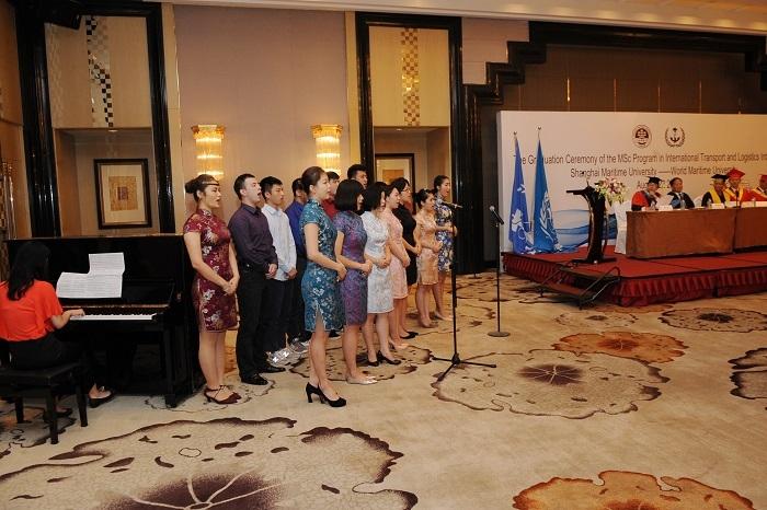 学员在毕业典礼上表演节目