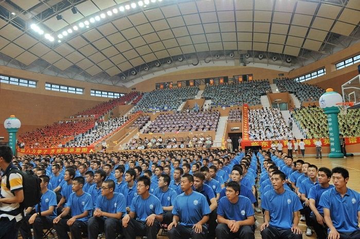 2010年9月13日,2010级新生开学典礼在临港新校体育馆举行