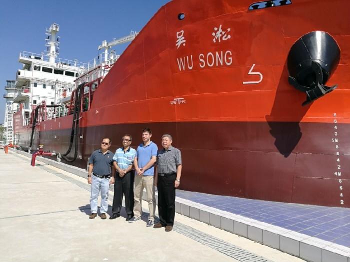 """2016年9月25日,亚洲第一大油船公司新加坡OCEAN TANKERS公司代表参观我校""""吴淞""""号,双方就特种船船员培训情况交换了意见"""