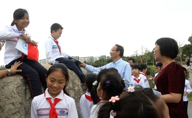 我校黄有方校长、临港一小叶黎红校长向孩子们发放《向南极进发》新书