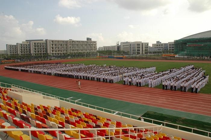 2007年9月17日,临港校区首批学子——2007级新生开学典礼在临港校区南区体育场举行