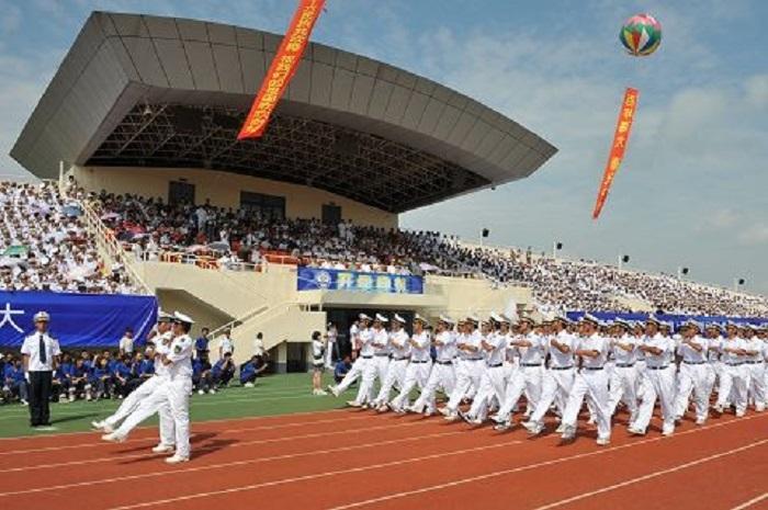 2009年9月25日上午,2009级新生开学典礼暨军训汇报大会在临港校区南区体育场同时举行