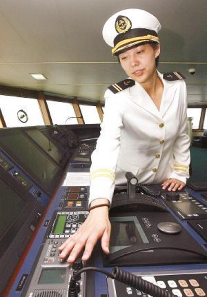 """2009年10月,我校谢洁英老师参加中国第26次南极科考,成为""""雪龙号""""历史上首位女性驾驶员"""