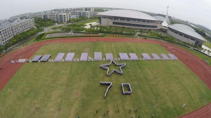 2015年9月25日,2015级本科新生阅兵式暨军训汇报大会在南区体育场举行