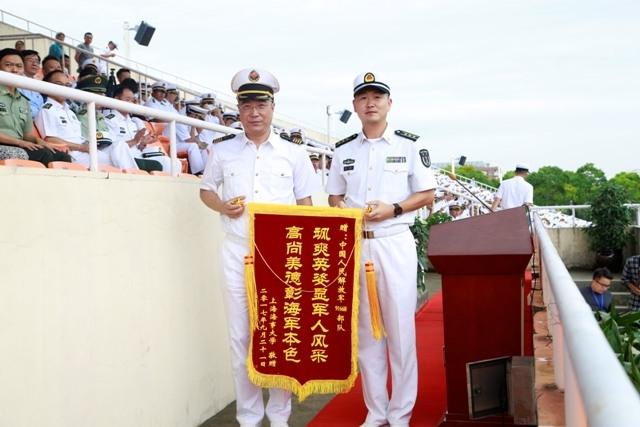 副校长杨万枫向中国人民解放军91668部队颁发锦旗