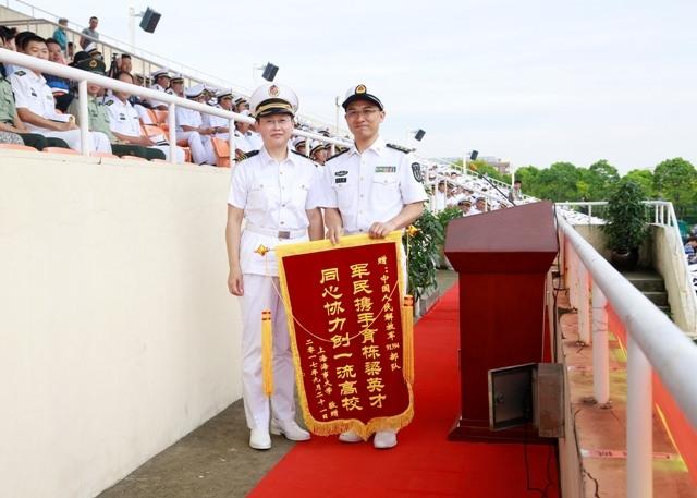 党委副书记、纪委书记门妍萍向中国人民解放军91394部队颁发锦旗