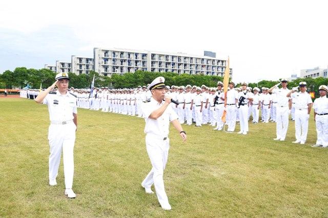 副校长王海威检阅方队