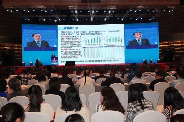 严伟副校长在论坛举办的自由贸易港(国际)研讨会上发表主题演讲