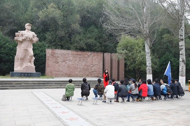 在张思德的塑像前重温为人民服务的誓言