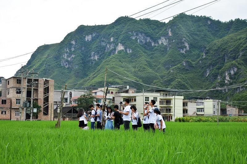 队员们行走在施秉县的田间