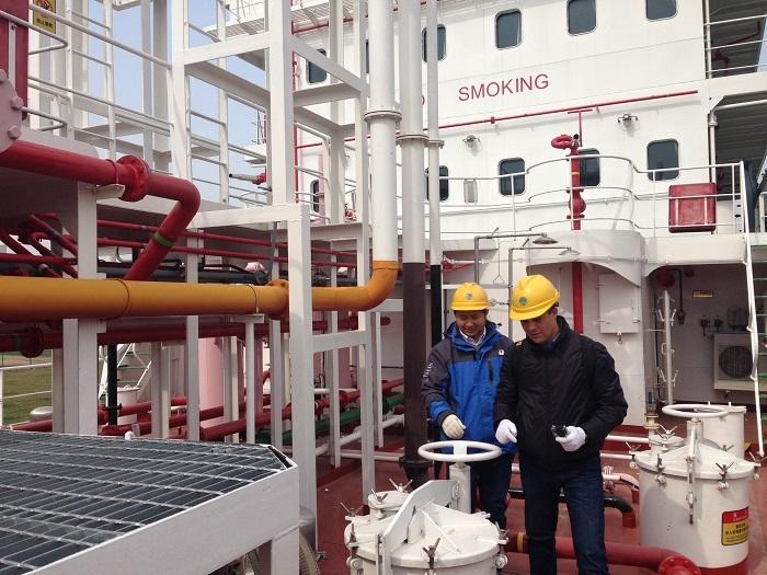 """2016年2月20日,哥伦比亚船舶管理公司代表FAOUZI FRADI船长等参观""""吴淞""""号,对模拟船给予高度评价"""