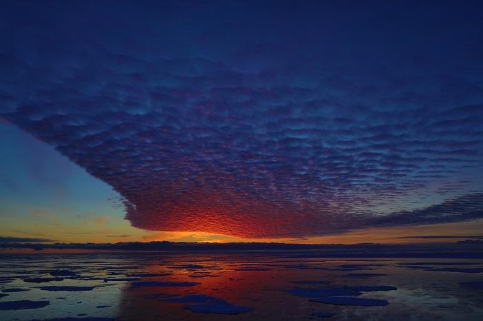 南极浮冰区火烧云