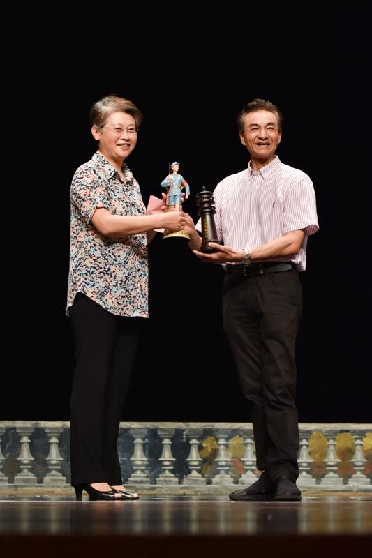门妍萍副书记与王才军书记分别代表我校与中芭互赠礼品