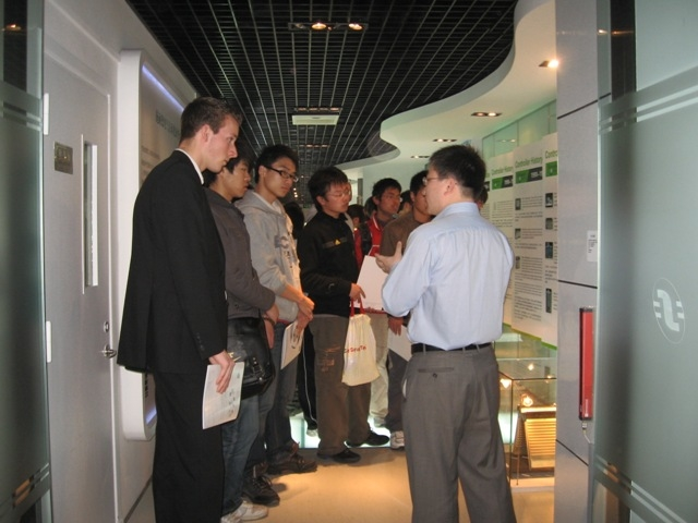 中荷学生参观施奈德电气公司