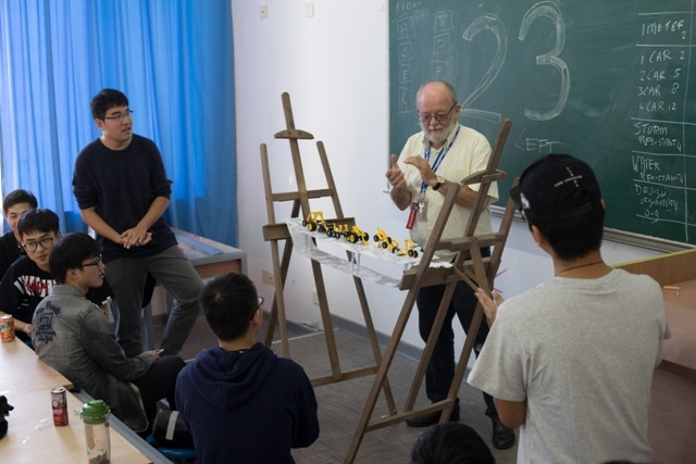 荷兰外教在给中荷学生授课