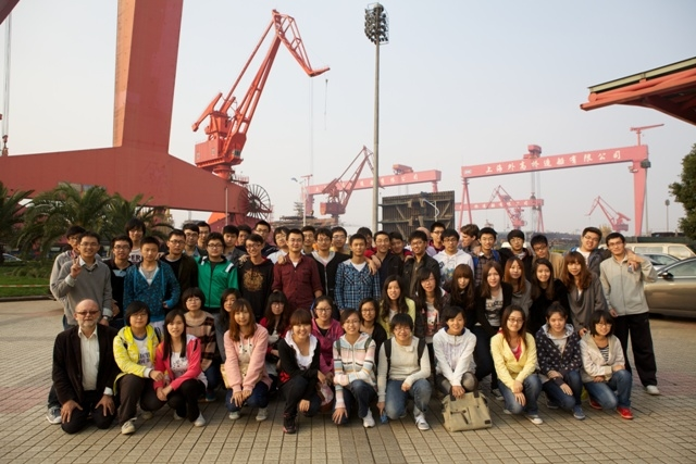 中荷学生在外高桥码头参观