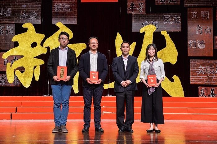 王海威副书记为市青年五四奖章和市优秀共青团员获得者颁奖