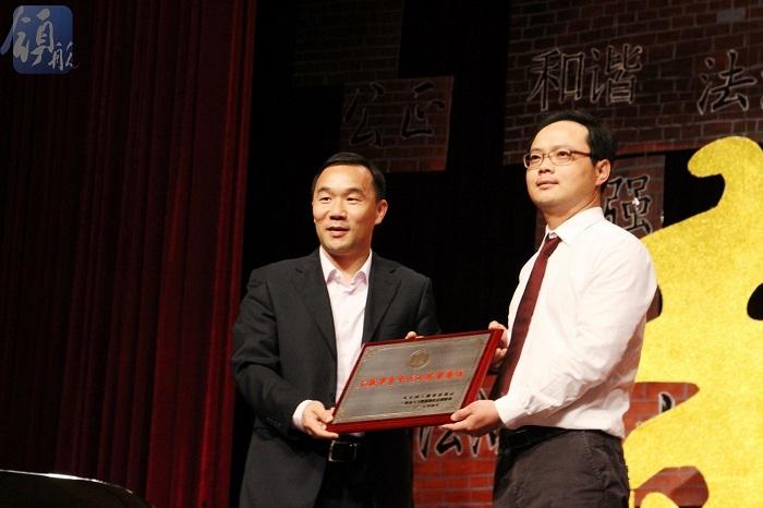 为上海高校航运管理系列课程教学青年团队代表颁奖
