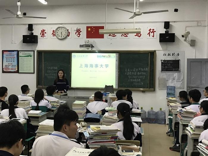在海南省重点华侨中学也能见到我校志愿者的身影