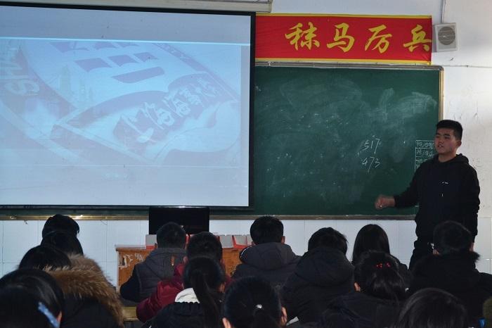 志愿者在安徽省重点中学太湖二中做招生宣传
