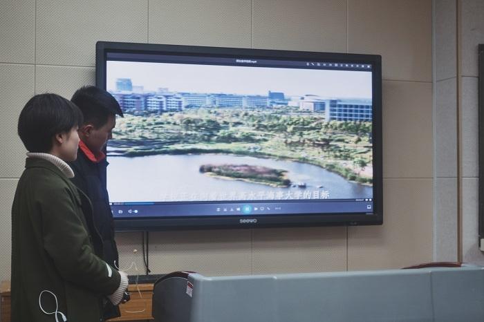 志愿者在甘肃省重点中学兰州一中做招生宣传