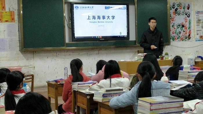志愿者在广西壮族自治区重点中学岑溪中学做招生宣传