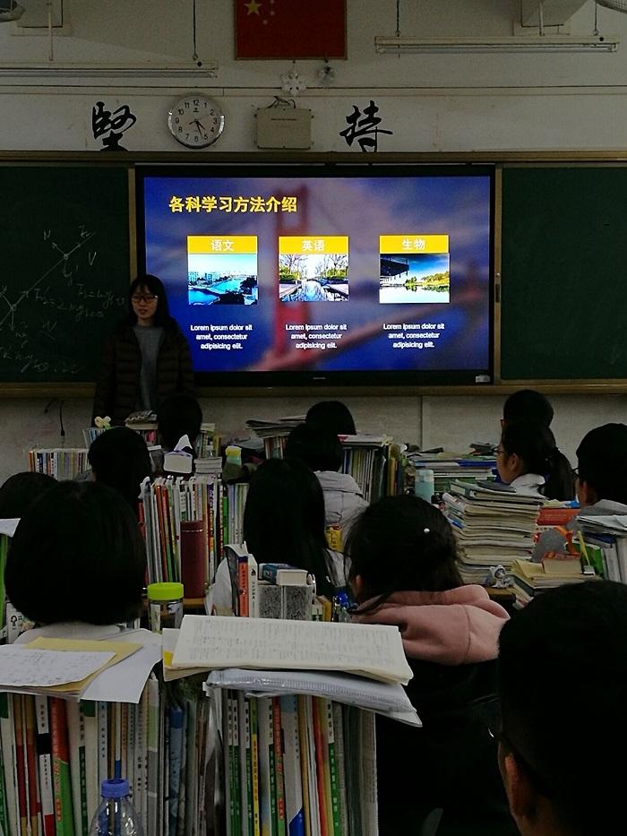 志愿者在宣传之余也为高三学生加油打气
