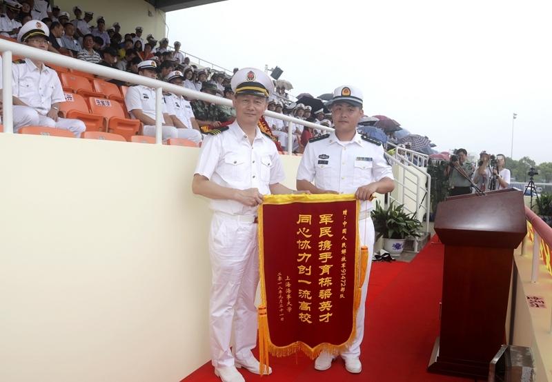 金永兴书记代表学校向承训部队赠送锦旗