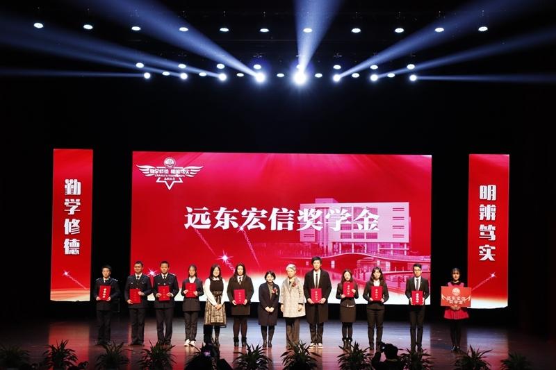 党委副书记、纪委书记门妍萍为获奖同学颁奖