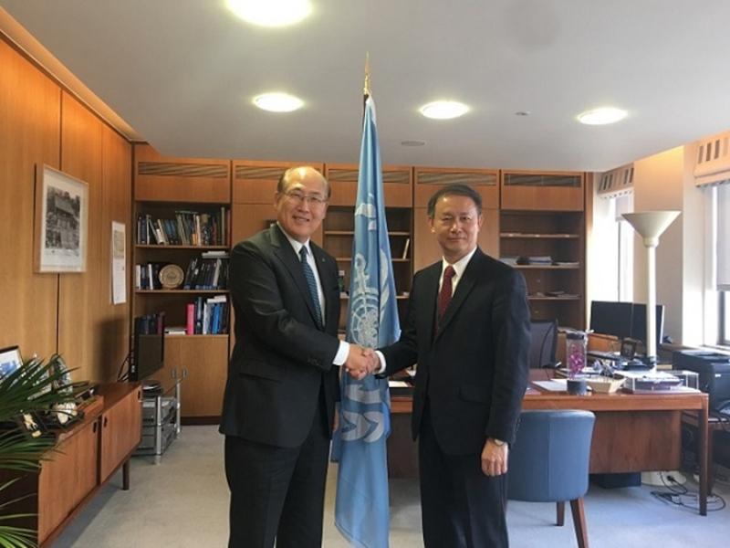 在国际海事组织大会期间,金永兴书记与IMO秘书长林基泽进行会谈