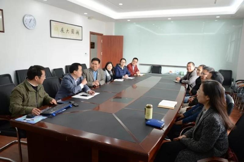 吴先华教授团队在讨论中