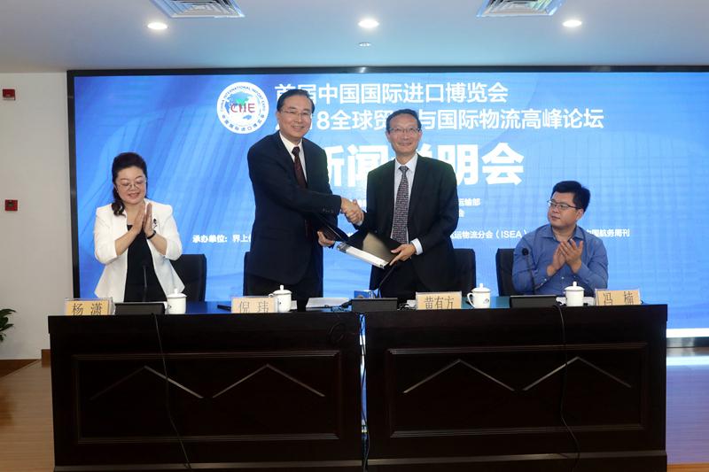 中国交通运输协会副秘书长倪玮与上海海事大学校长黄有方签订联办协议
