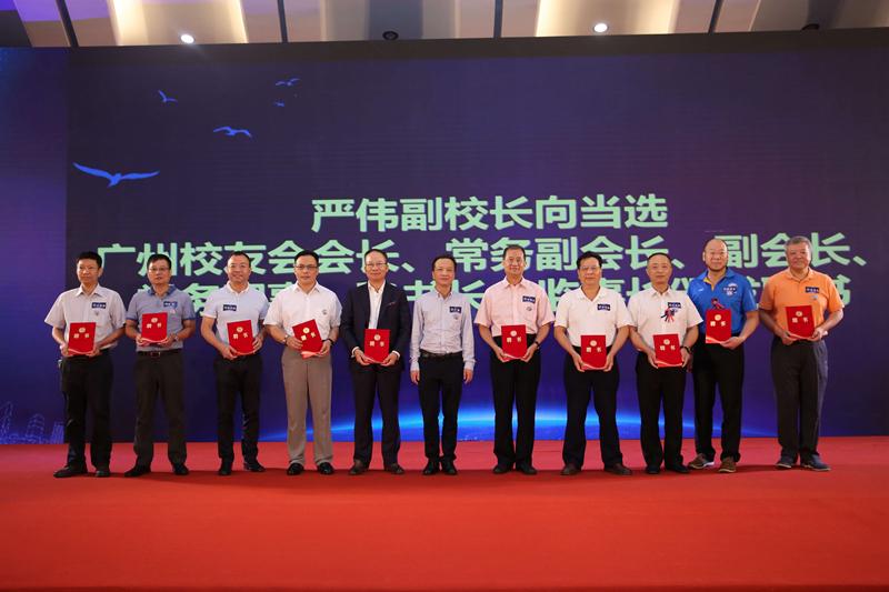 严伟副校长向当选的广州校友会会长、常务副会长、副会长颁发聘书