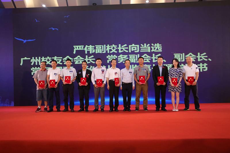 严伟副校长向当选的广州校友会常务理事、秘书长、监事长颁发聘书