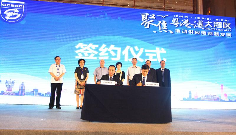 副校长严伟、南沙开发区管委会副主任潘玉璋分别代表双方共同签署《共建上海海事大学湾区研究生培养基地合作备忘录》