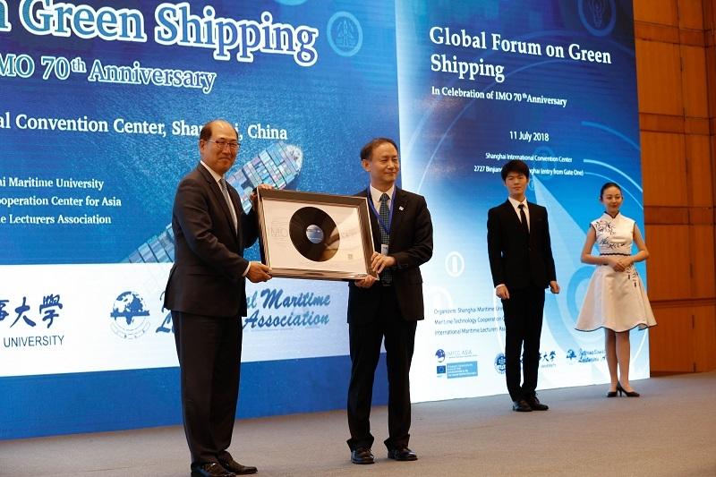 2018年7月11日金永兴书记向林基泽秘书长赠送歌曲CD纪念相框