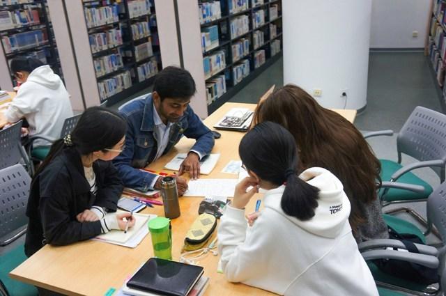 阿杜在图书馆与中国同学一起学习