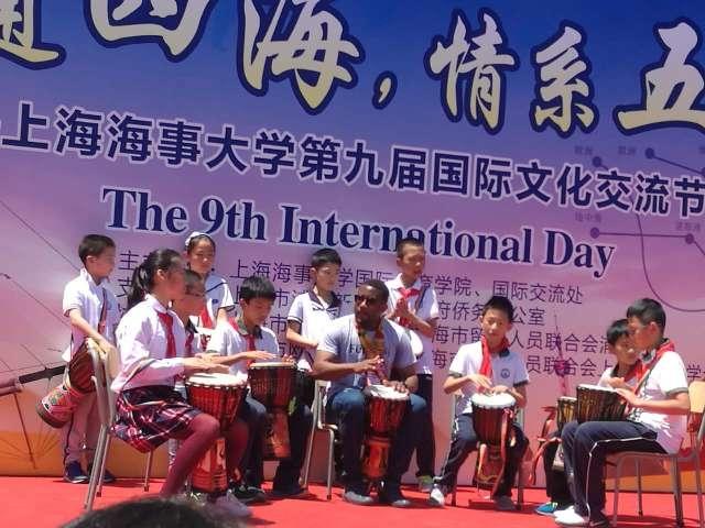 路易斯与中国小朋友一起表演非洲手鼓
