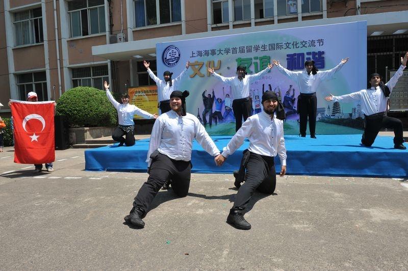 """首届文化节在民生路老校区点燃了""""文化奥运""""的火炬"""