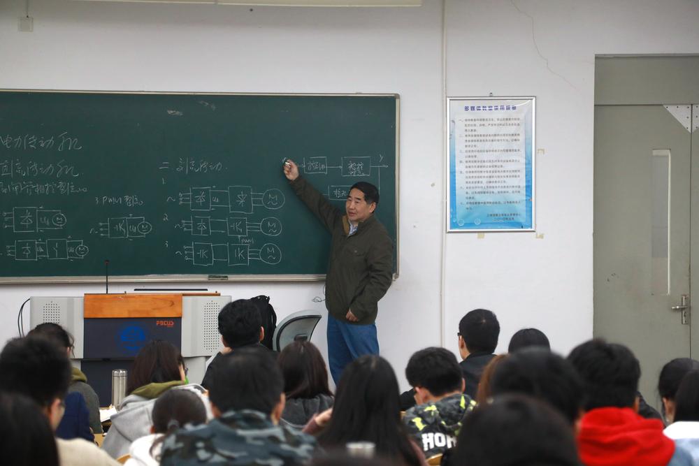 汤天浩教授在给本科生上课