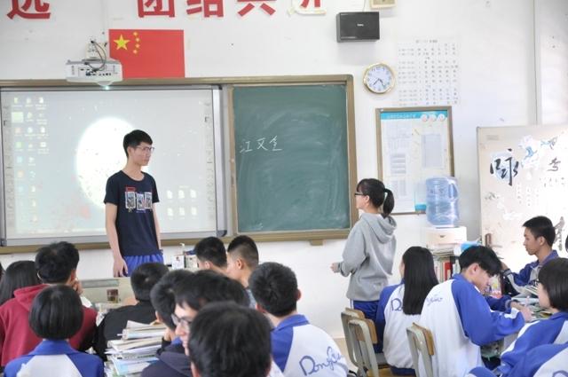 志愿者为高三学生解答疑问