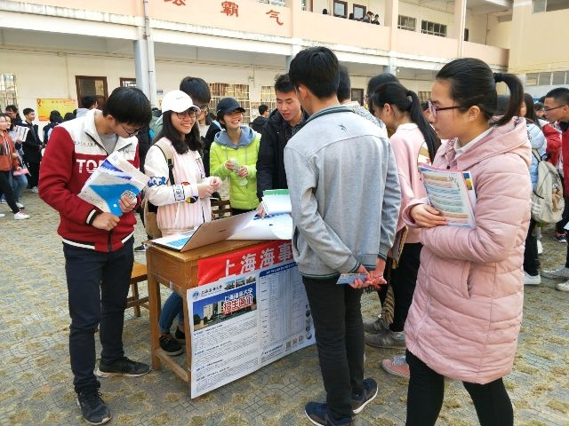 志愿者在广西重点中学宾阳中学进行招生宣传